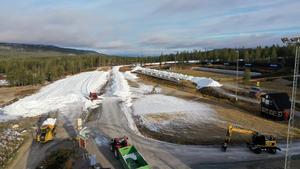 Snön körs nu ut för skidåkning på Idre Fjälls skidstadion. På fredag är det längdpremiär på Ide Fjäll.