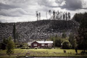 Det var nära att även grannhuset brann ner under skogsbränderna. Det skiljde inte många meter mellan elden och bostaden.
