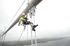 Anton Ståhl är en av fem reptekniker, eller specialklättrare, som denna sommar har målat hängkablarna på Högakustenbron. Nästa sommar kommer de tillbaka och om vädret tillåter blir de förhoppningsvis färdiga nästa höst.