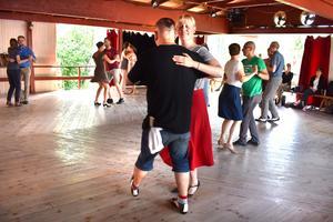 Dansglädjen flödar mellan gamla och nya bekantskaper på Herräng Dance Camp.
