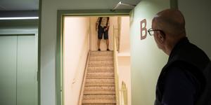Risto Koskimies testgår trappen. När hissen stängs av kommer han att behöva gå fem trappor varje gång han ska upp eller ner.