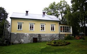 Det gamla mjölnarhuset byggdes i mitten på 1700-talet. Just nu håller paret på att måla om det utvändigt.