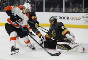 Oscar Lindblom sätter 1–1-kvitteringen i förra årets NHL-premiär borta mot Vegas Golden Knights. Det blev vinst med 5–2, men sedan började problemen för både Flyers och Lindblom. Bild: TT
