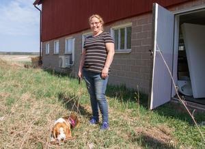 """En dörr på baksidan leder ut till den blivande rastgården. """"Jag ska se till att här blir någon form av skugga till hundarna"""", säger Irene Wickman."""