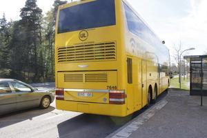 Chauffören släppte av passagerarna vid en busshållsplats på Stockholmsvägen.