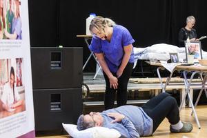 Jennifer Näsman från Härnösand inspekterar patienten Rune, spelad av Anders Eriksson Styv.