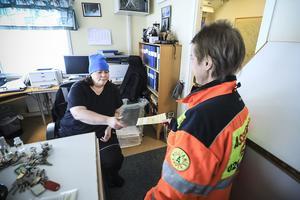 På Lidens återvinningsstation lämnar Eva Blomqvist över papperen på bilen som ska till bilskroten. Eva-Britt Edin tar emot bevisen och ser till de kommer till bilskroten i slutändan.
