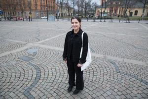 """För ett år sedan kunde Seran Habash knappt tala eller läsa svenska. I Livet bitch hittade Seran den språkträning och det sociala sammanhang hon sökte. """"I början tänkte vi att fler repliker kunde vara på arabiska, men hon har erövrat så mycket svenska på vägen!"""" säger regissör Rebecka Cardoso."""
