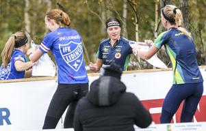 Josefine Heikka växlar över till Irina Nyberg inför den sista sträckan.