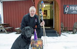 Lars Johannesson säljer fyrverkerier och är hundägare. Men så är inte heller labradoren Wilma det minsta skotträdd.