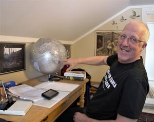 Gert Bergström planerar och pekar ut en ny destination på jordgloben.