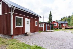 Ett mindre hus med permanentboendestandard. Gäststuga finns på gården för övernattande sommargäster. Foto: Catarina Jonsson, Husfoto.