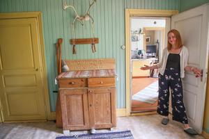 Cecilia Rydberg hälsar välkommen in till torpet i Lugnvik.