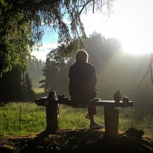 Ljuset återvänder. Grönskan. Dricka morgonkaffe utomhus. Foto : Anders Bjurhammer