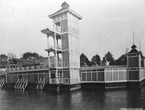 Kallbadhuset med sitt vackra hopptorn. Bilden från 1910-talet. Okänd fotograf.  (Bildkälla: Örebro stadsarkiv)