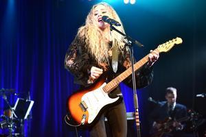 Alva Lejonclou spelade gitarr och sjöng när hon framförde sin egenskrivna låt Abilify som hon skrev under sin utbildning på Rytmus.