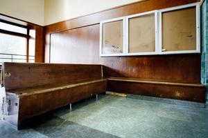 Även bänkarna och bildramarna inne i vänthallen är utsatta för skadegörelse.