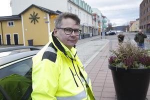 Trafikingenjör Mats Lidestig konstaterar att en hel del arbeten återstår innan man kan sätta upp skyltar om att Eriksgatan är enkelriktad.
