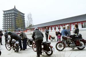 2010-05-13 Valborundan på moped tog sig till Dragon Gate.