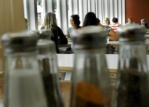 De äldre eleverna tycker visserligen att det är stökigt ibland, men tror inte att det blir någon skillnad med fler vuxna i matsalen.