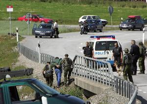 Här grips Daniel Maiorana under en bro på länsväg 225 mot Södertälje av polisens insatsstyrka efter rymningen 2004. Foto: Jonas Ekströmer