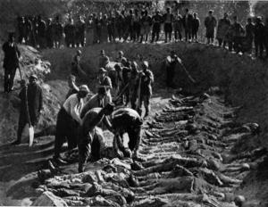En massgrav med kristna armenier fylls 1895. Foto: Harpers Weekly