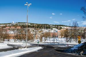Härifrån ska en provisorisk bro gå snett över Selångersån och kopplas samman med en tillfällig väg som tar trafiken vidare ut på Tivolivägen.