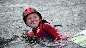 Lovisa Granberg, 11, tyckte det var roligt att åka wakeboard, men svårt att stå kvar.