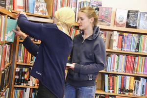 Ida Olsson och Eira Karlsson vill kunna låna böcker även på sommaren.