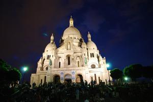 Basilikan Sacré-Cœur en sommarnatt i juli.