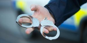 Polisen grep en man i centrala Kungsör natten till söndagen. Han är misstänkt för att ha slagit sin flickvän. Foto: Fredrik Sandberg/TT.
