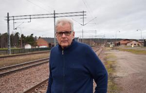 – Det är ett under att det inte inträffat en allvarlig olycka här på bangården, säger Tommy Östlund, som stött på om ett staket efter att själv ha bevittnat en incident när två unga killar sprang över spåren.