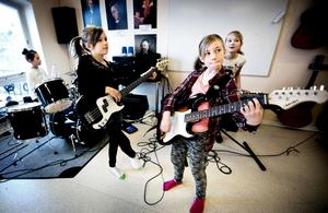 Kulturskolelever i Näsåker tränar inför en spelning.