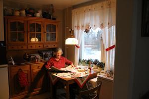Kerstin Eliasson hemma i köket, där NA är hennes sällskap till lunchbordet.