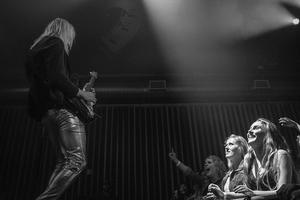 Adam Skeppar på scen i samband med ett framträdande med Abbarama, här med fans.