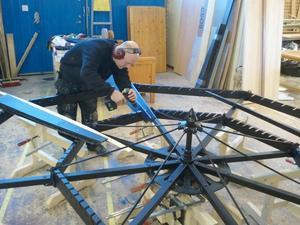 Stefan Tronsson monterar nya blad på vingen vid Lövsta snickeri. Foto: Jerry Tjärnhage