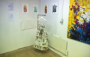 Ett försök till en bild av utställningens bredd. I centrum här, Alva Bergqvists klänning av tidningspapper.