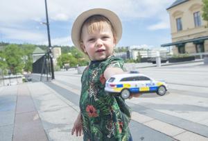 Charlie Edin, 2 år, sommarlovsledig, Granloholm: