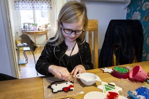 Jennifer och Jacqueline har byggt många pärlplattor tillsammans. Istället för att behålla alla själva kom Jennifer på idén att samla in pengar till välgörande ändamål.