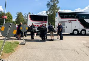 Räddningspersonal lämnar Camp Färila under torsdagen.