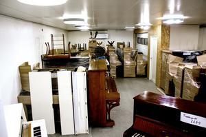 I lokalen på Trollvägen i Söråker står ett 50-tal pianon och väntar på sina nya ägare.