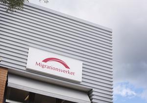 Skribenten påpekar att  Migrationsverket och -domstolen tolkar Europakonventionen om mänskliga rättigheter stick i stäv mot  andra beslutsfattare.