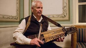 Torleif Tärneborg är medlem i Avesta spelmanslag. Här sitter han och plinkar på sin nyckelharpa.