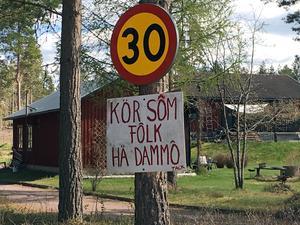 I den lantliga idyllen på Heden utanför Leksand har Lasse Stenvall sitt hem tillsammans med hustrun Lena. Sonen Jimmy bor i närheten av föräldrahemmet, medan dottern Hanna är bosatt i England.