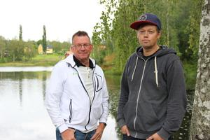 Christer Stockhaus och Christian Örjestål står redo att ta emot danssugna i Åmotsparken på fredagskvällen.