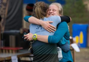 Segrarinnan Maja Falk kramar om tvåan Johanna Bygdell efter målgång.