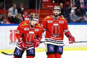 Nick Ebert (till höger) lämnar isen tillsammans med landsmannen Shane Harper efter säsongens sista match. Foto: Johan Benrström/Bildbyrån
