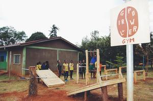 Gymmet som Pontus med vänner byggt är anpassat till tjejer och kan nyttjas av 900 kvinnor och flickor.