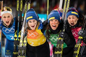 Stina Nilsson, Ebba Andersson, Charlotte Kalla och Anna Haag jublar efter silvermedaljen på damernas stafett, 4x5 kilometer, under lördagen. Bild: Joel Marklund/Bildbyrån.