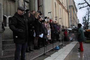 Förr hette de ungdomskören. Nuförtiden går de under namnet julaftonskören, och de ses en gång per år för att genomföra julkonserten på rådhustrappan i Örebro.